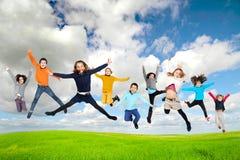 El salto de los niños imagen de archivo