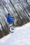 El salto del ciclista Foto de archivo