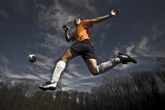 El salto del jugador de fútbol Fotos de archivo