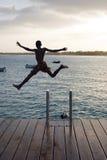 El salto del muchacho. Fotos de archivo