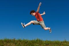 El salto del muchacho al aire libre Fotos de archivo