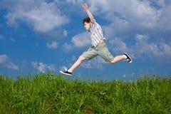 El salto del muchacho al aire libre Fotografía de archivo