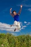 El salto del muchacho al aire libre Imagen de archivo