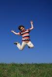 El salto del muchacho al aire libre Foto de archivo libre de regalías