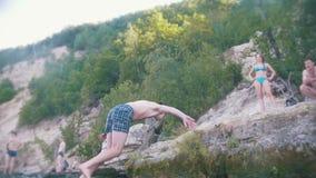 El salto del tirón en el río con un acantilado en la naturaleza, cámara lenta almacen de video
