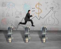 El salto sobre libra con negocio garabatea en la pared imagen de archivo libre de regalías