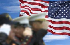 El saludar de los soldados Fotos de archivo libres de regalías