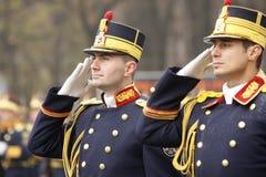 El saludar de los soldados del ejército fotografía de archivo
