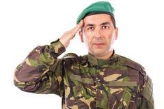 El saludar joven del soldado del ejército aislado Foto de archivo libre de regalías