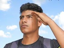 El saludar masculino adolescente diverso fotos de archivo