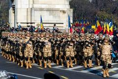 El saludar rumano del grupo de los soldados del desfile del día nacional fotografía de archivo libre de regalías