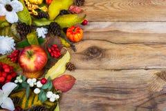 El saludo de la acción de gracias con la calabaza, manzanas, caída se va, los conos a Fotografía de archivo