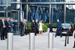 El saludo de príncipe William y de Kate Middleton aprieta en Varsovia foto de archivo