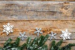 El saludo 2018 del Año Nuevo con las ramas spruce y las decoraciones del copo de nieve en fondo de madera rematan el espacio del  Imagen de archivo