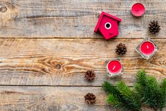 El saludo 2018 del Año Nuevo con las ramas spruce y las decoraciones de la casa en fondo de madera rematan el espacio del veiw pa Fotografía de archivo