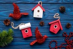 El saludo 2018 del Año Nuevo con las ramas spruce y las decoraciones con los juguetes de la casa en fondo de madera azul rematan  Foto de archivo libre de regalías
