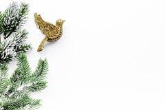 El saludo 2018 del Año Nuevo con las ramas spruce y las decoraciones con los juguetes del pájaro en el fondo blanco rematan el es Fotos de archivo libres de regalías
