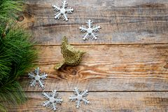El saludo 2018 del Año Nuevo con las ramas spruce y las decoraciones del pájaro en fondo de madera rematan el espacio del veiw pa Foto de archivo