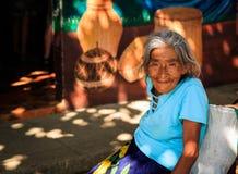 El Salvador - Jan/28/2018 Alte Mayadame auf der Straße lächelnd für die Kamera lizenzfreies stockfoto
