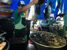 EL SALVADOR, LA LIBERTAD - BRENG 4, 2017 IN DE WAR Vissenmarkt, La Libertad Department van El Salvador op 4 Maart Royalty-vrije Stock Foto