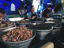 EL SALVADOR, LA LIBERTAD - BRENG 4, 2017 IN DE WAR Vissenmarkt, verkopers van zeevruchten, La Libertad Department van El Salvador Stock Foto's
