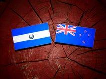 El Salvadoran flaga z Nowa Zelandia flaga na drzewnym fiszorku odizolowywa zdjęcie royalty free