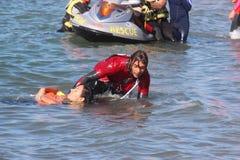El salvavidas ahorra al nadador Rescue en el mar Fotografía de archivo