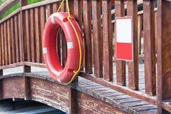El salvavidas pesa en el puente Foto de archivo libre de regalías