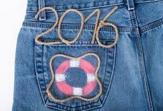 El salvavidas y la cuerda numeran 2016 en fondo del bolsillo de los vaqueros Imagenes de archivo