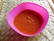 El sambal es una salsa indonesia tradicional Se hace de los chiles muy calientes, de los tomates y de las especias foto de archivo