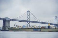 El San hermoso Francisco Oakland Bay Bridge con un cargo grande Foto de archivo
