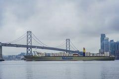 El San hermoso Francisco Oakland Bay Bridge con un cargo grande Imagen de archivo