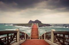 El Sansiantai con el puente en Taitung Foto de archivo libre de regalías