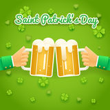 El santo Patrick Day Celebration Success y el símbolo de la prosperidad da sostiene la taza de cerveza con el icono de la espuma  Fotos de archivo libres de regalías