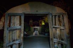 El Santuario de Chimayà för den historiska gränsmärket ³ målas med ljus i en minimal tidexponering för nightime 16 arkivfoto