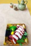 El Sashimi adentro saca el envase Imagen de archivo