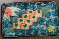 El sashimi del sushi y los rollos de sushi determinados sirvieron en la pizarra de piedra Imagen de archivo libre de regalías