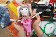 El sastre del muchacho aprende coser, vestirse para el concepto de la muñeca, hecho a mano y de la artesanía Imagen de archivo libre de regalías