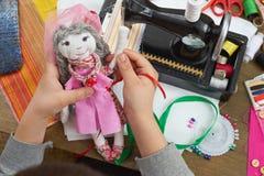 El sastre del muchacho aprende coser, vestirse para el concepto de la muñeca, hecho a mano y de la artesanía Fotografía de archivo libre de regalías