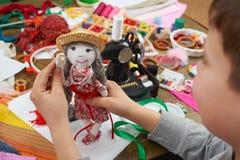 El sastre del muchacho aprende coser, vestirse para el concepto de la muñeca, hecho a mano y de la artesanía Imagenes de archivo