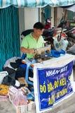 El sastre del vietnamita trabaja en la máquina de coser Fotos de archivo libres de regalías