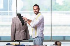 El sastre joven que trabaja en nuevo diseño de la ropa fotografía de archivo libre de regalías