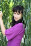 El sauce verde y la mujer Imagen de archivo libre de regalías
