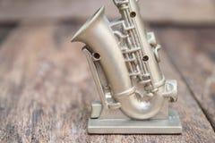 El saxofón para adorna viejo cierre para arriba en vintage que el fondo de madera con el espacio de la copia añade el texto Fotografía de archivo libre de regalías