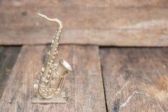 El saxofón para adorna viejo cierre para arriba en vintage que el fondo de madera con el espacio de la copia añade el texto Imagenes de archivo