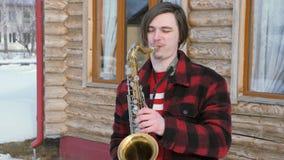 El saxofonista toca el saxofón, en invierno metrajes
