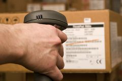El scaner del código de barras está en las manos del hombre Imagen de archivo libre de regalías