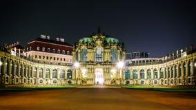 El scape de la noche de la puerta delantera del palacio de Zwinger en Dresden Alemania Eurpoe Foto de archivo