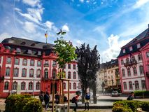El Schillerplatz en Maguncia con el Fastnachtsbrunnen Imagen de archivo libre de regalías