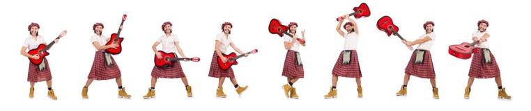 El scotsman que toca la guitarra aislada en blanco fotos de archivo libres de regalías